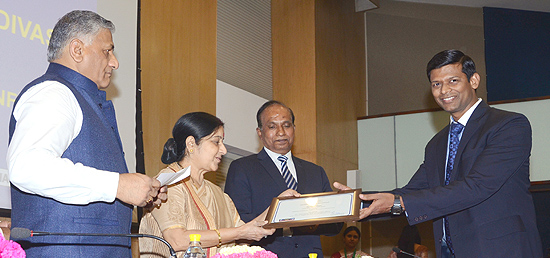 External Affairs Minister, in recognition of the outstanding services rendered to citizens, giving Passport Seva Puraskars to the best performing Passport Offices and the personnel during Passport Officers' Conference 2015 in New Delhi
